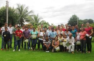 Grupo de participantes reunidos ao final da oficina