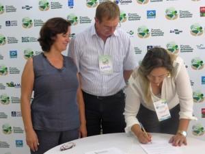 Solange Sousa Kreidloro, prefeita de Nova Bandeirantes, durante assinatura da carta de adesão ao PMS