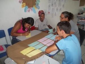 Em sala de aula, expuseram seus objetivos em projeto. Foto: Sucena Shkrada Resk/ICV