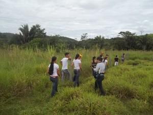 Alunos de ensino médio de escola rural , no PA Nova Cotriguaçu, vão a campo avaliar área potencial para cultivo. Foto: Sucena Shkrada Resk/ICV