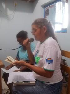 Agricultora Maria Margarida, do PA Nova Cotriguaçu, concede entrevista à também agricultora Helena, na Rádio Arco-Íris. Foto: Sucena Shkrada Resk/ICV