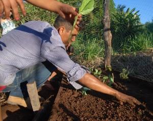 Juventude arregaça as mangas em oficina, na comunidade Ouro Verde. Foto: Elisangela Sodré/ICV