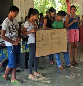 Alguns alunos da escola de campo fizeram poesias e apresentações sobre a importância da semente crioula. Foto: Sucena Shkrada Resk/ICV