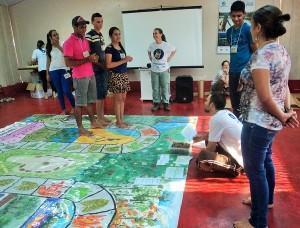 Dinâmica em tabuleiro gigante abordou questões importantes com dinâmica lúdica. Foto: Sucena Shkrada Resk/ICV
