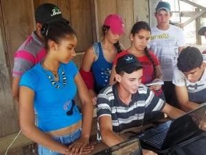 Jovens rurais produzem seu primeiro vídeo sobre história do grupo. Foto: Sucena Shkrada Resk/ICV
