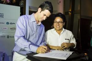 Vando Telles, diretor da Pecsa, e Juan Carlos Aybar, diretor da Althelia para a América Latina, assinam contrato de investimento. Foto: Marcos Lopes / ICV