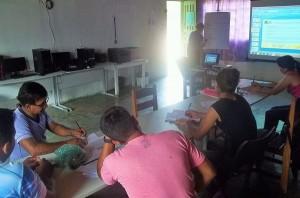 Professores formaram uma equipe de redação,durante oficina. Foto: Sucena Shkrada Resk/ICV