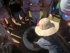 Alunos da EM Paulo Freire prestaram atenção no processo de semeadura e cultivo, durante oficina da Campanha Cotriguaçu a Caminho da Sustentabilidade. Foto: Sucena Shkrada Resk/ICV
