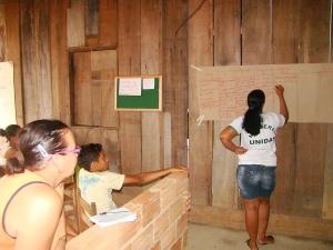Mulheres contribuíram para a construção do texto de divulgação do grupo e dos produtos. Foto: Sucena Shkrada Resk/ICV
