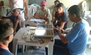 Em Várzea Comprida, Paraíba, moradores demonstram como fazem manutenção de equipamento. Foto: Divulgação/Aires Umberto