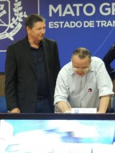 Tony Rufatto, prefeito de Paranaíta, protocolou a entrega de um documento à Taques reunindo as questões discutidas no encontro. Foto: Raíssa Genro/ICV