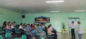 Exercício participativo de cidadania envolveu promotor de justiça (em pé, à direita) e juiz local. Foto: Sucena Shkrada Resk/ICV