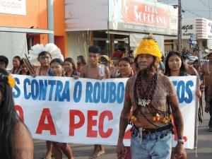 Caminhada em ruas de Juara revelou a insatisfação dos manifestantes com a injustiça socioambiental e com o cenário político nacional. Foto: Sucena Shkrada Resk/ICV