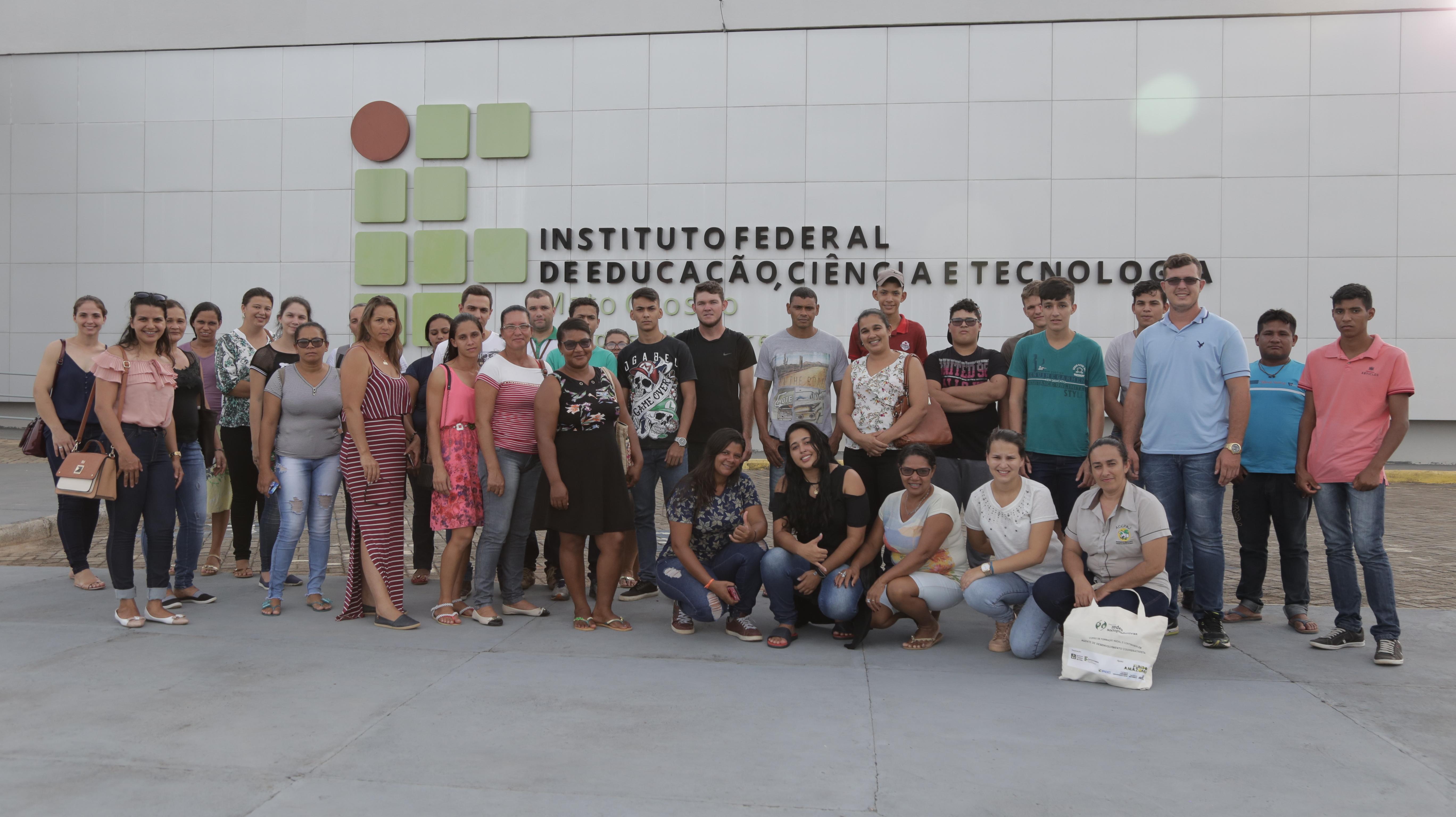 Lideranças em frente ao Instituto Federal de Mato Grosso Campus Alta Floresta