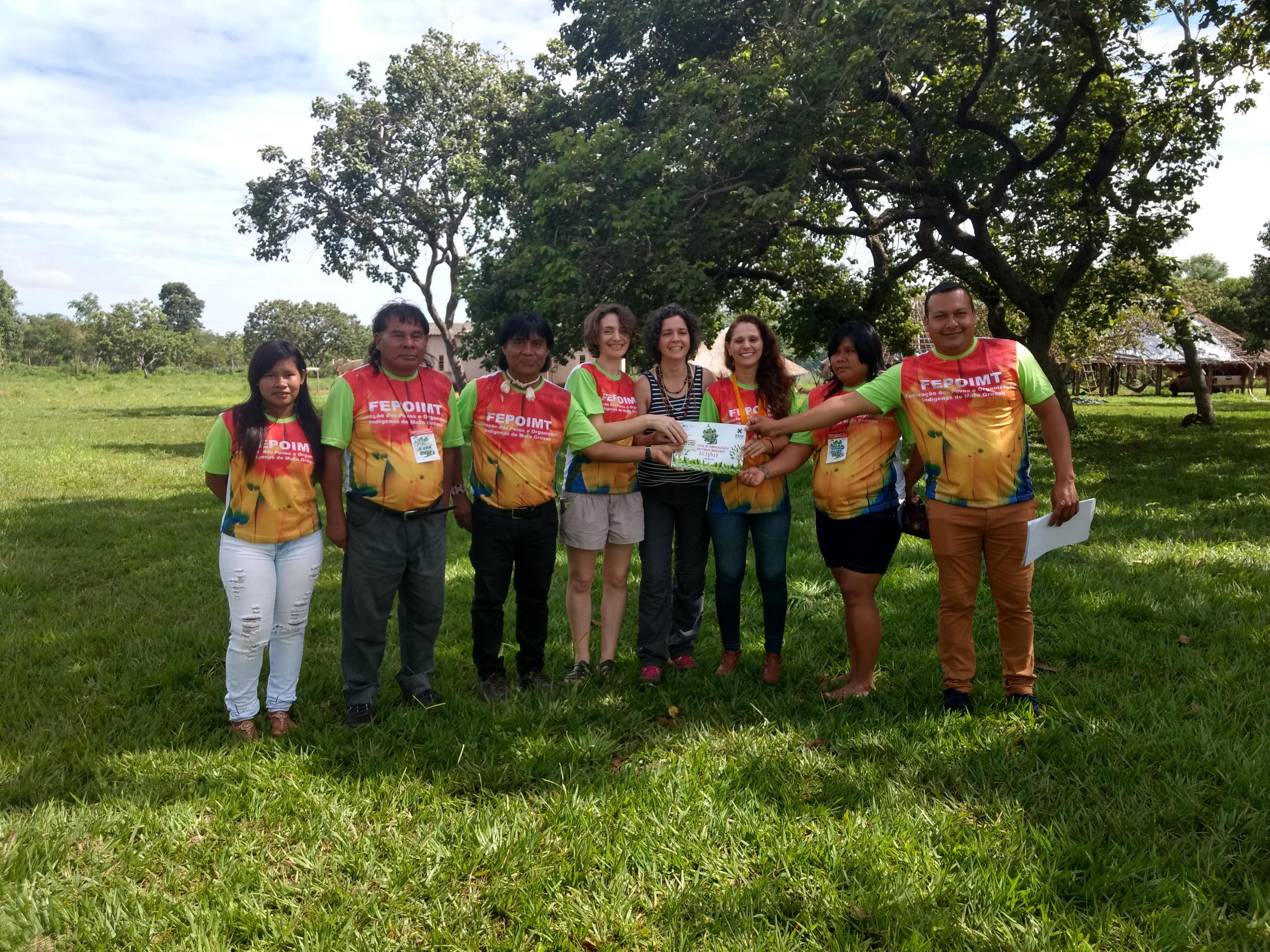 Foto das liderenças indígenas e representantes do ICV, GIZ e Governo de MT recebendo proposta do REM
