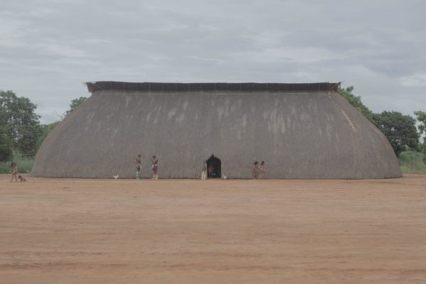 Foto de grande casa de palha na aldeia yawalapiti